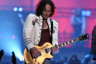 デフ・レパードのギタリスト、ヴィヴィアン・キャンベルがベルファストのオー・イェー・レジェンド・アワードを受賞