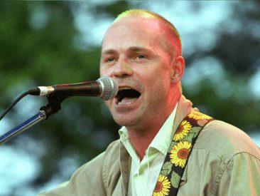 カナダを代表するバンド、トラジカリー・ヒップのフロントマンのゴード・ダウニーが53歳で死去