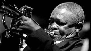 '南アフリカ・ジャズの父'、伝説的トランペッターのヒュー・マセケラが78歳で死去