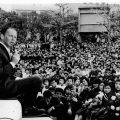 子供たちを助ける慈善団体のために資金集めの一環で1962年4月、初めて日本に降り立ったフランク・シナトラの日比谷公園野外コンサート