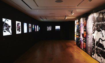 トム・ヒングストン・エキシビションでケミカル・ブラザーズ、グレイス・ジョーンズ、マッシヴ・アタックらのアルバム・アートを展示