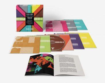 R.E.M.のBBCコレクション『R.E.M. at BBC』が発売。8CD+1DVDの豪華ボックスのティザー映像も公開