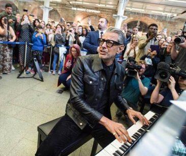 俳優ジェフ・ゴールドブラム、ジャズ・ピアニストとしてデビュー。ロンドンの駅にサプライズ登場でピアノを披露