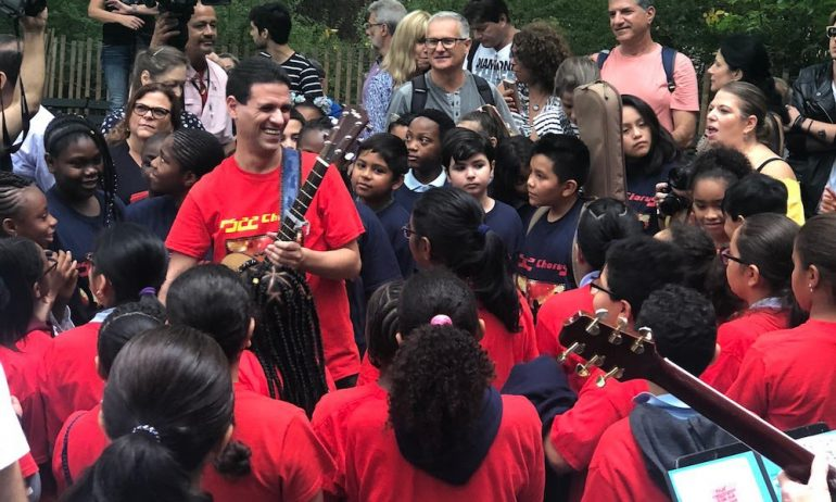 ジョン・レノン誕生日に子供コーラス隊がストロベリー・フィールズで「Imagine」を披露