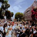 ビートルズ『Abbey Road』ジャケット撮影日の50周年を祝うためにファンがアビイ・ロードに集結
