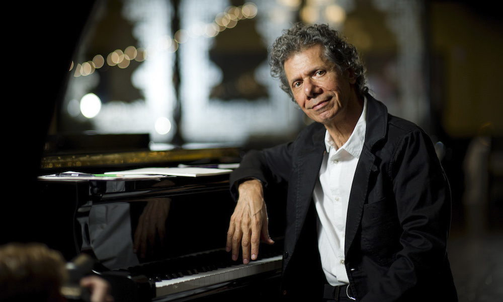 https://www.udiscovermusic.jp/wp-content/uploads/2021/02/CC_At_the_Piano_Color_photocredit_ChickCorea_Prod.jpg
