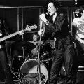 セックス・ピストルズの未発表曲8曲を含む76~77年の音源を収録した4枚組ボックス『76-77』発売決定