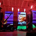 ローリング・ストーンズ、北米ツアーを再開。ステージで故チャーリー・ワッツを追悼